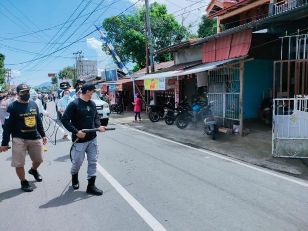 Tampak Bupati Boltim Sam Sachrul Mamonto,S. Sos saat melakukan penyemprotan disinfektan.