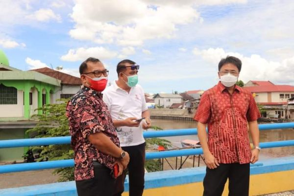Walikota Manado, Andrei Angouw saat mengecek Aliran Sungai DAS Tondano