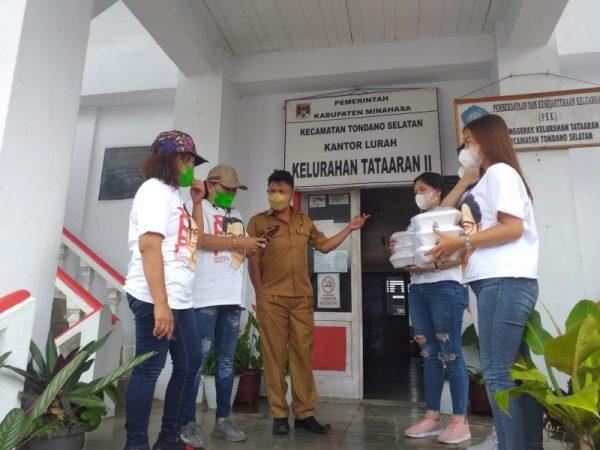 Relawan Muhaimin Peduli Kabupaten Minahasa saat memberikan bantuan kepada Nakes dan Warga Isoman di beberapa titik, Senin (9/8/2021).