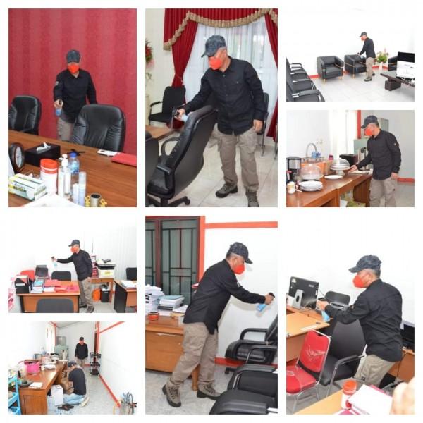 Bupati Minsel FDW saat membersihkan ruangannya