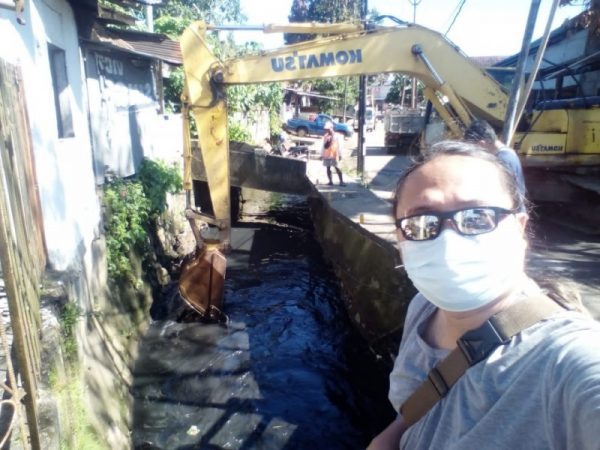 (Pengerukan aliran anak sungai di lokasi depan rumah Rendry Rorimpandey) (foto: Rendry)