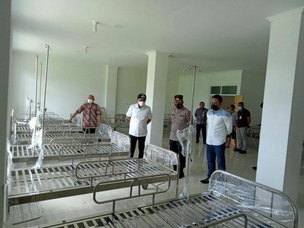 Bupati Boltim Sam Sachrul Mamonto didampingi Kapolres saat meninjau ruangan isolasi