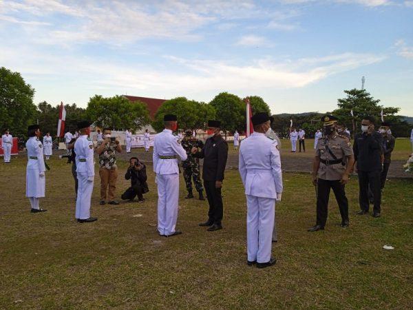Bupati Sam Sachrul Mamonto S, Sos. dan Wakil Bupati Oskar Manoppo Se, Mm. Saat mengukuhkan Pasukan Paskibraka Boltim