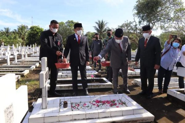 Walikota dan Wawali bersama rombongan saat menaburkan bunga di TMP Kairagi Manado