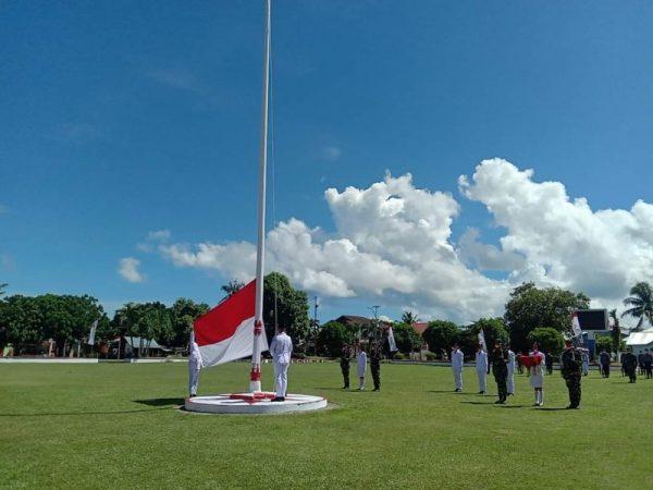 Bupati Kabupaten Kepulauan Talaud, dr Elly Engelbert Lasut saat memimpin upacara HUT RI