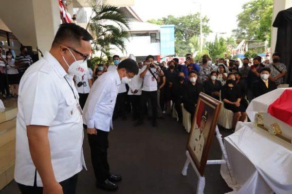 Walikota Manado Andrei didampingi Wawali Richard memberikan penghormatan terakhir kepada Alm. Winsulangi Salindeho