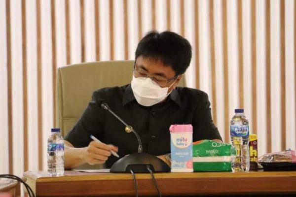 Walikota Manado, Andrei Angouw saat memimpin Rapat Evaluasi Pendapatan Daerah bersama Bapenda