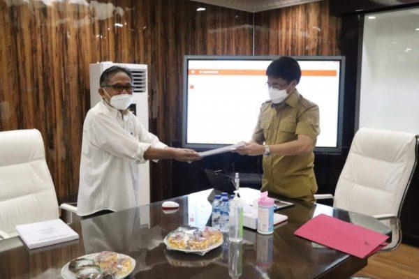 Walikota Manado, Andrei Angouw menerima Buku Putih dari mantan pejabat Pemkot dan Tim Hukum