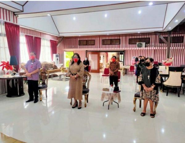 Ibadah minggu pagi yang digelar di rumah dinas Bupati Minahasa. (Foto BM)