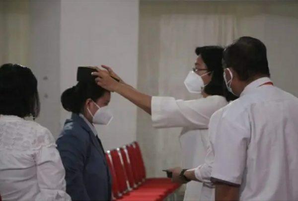 Prof Ellen Kumaat menyematkan almamater kepada salah satu mahasiswa