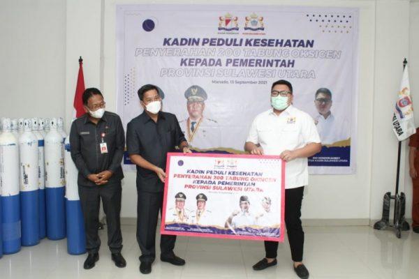 Didampingi Sekprov Sulut Edwin Silangen, Wagub Kandouw menerima bantuan tabung oksigen dari Kadin Sulut. (Foto.ist)