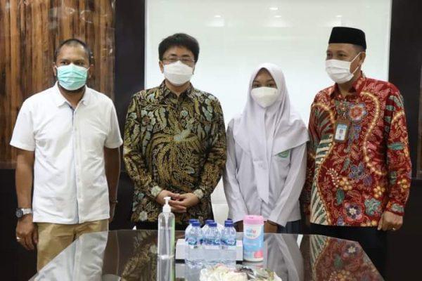 Walikota Andrei Angouw saat menerima, Siswa Berprestasi Tingkat Sulut, Anindita Rifa Farzana Pasiak