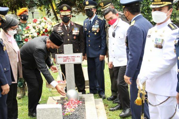 Gubernur Olly bersama rombongan saat berziarah ke salah satu makam Gubernur Sulut terdahulu. (Foto.ist)