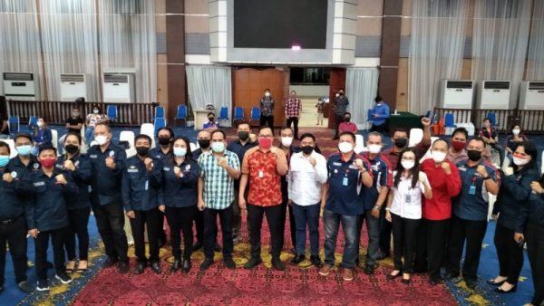 Wawali Richard Sualang saat foto bersama pengurus baru SBSI Kota Manado