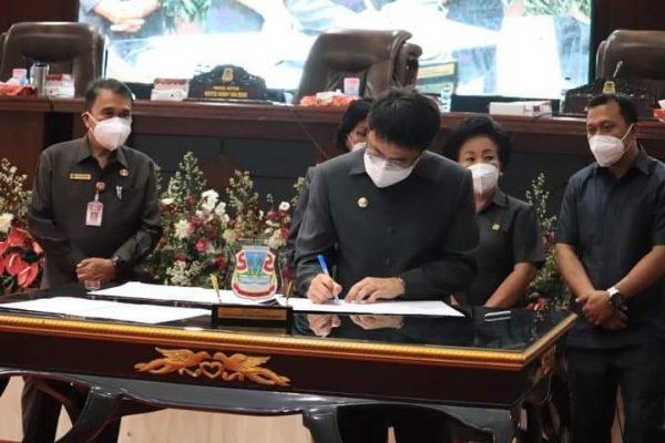 Walikota Andrei Angouw saat menandatangani berita Acara Persetujuan Bersama antara DPRD dengan Walikota Manado