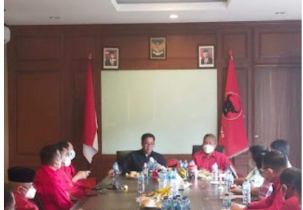 Wakil Ketua DPD PDIP Sulut, Drs Steven OE Kandouw saat memimpin rapat. (Foto.ist)