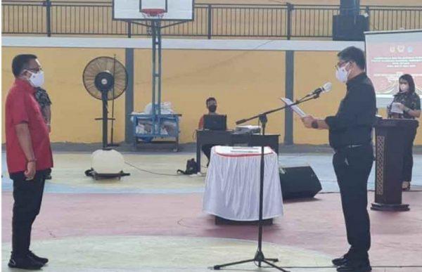 Ketua KONI Sulut Steven Kandouw saat melantik Ketua KONI Bitung Maurits Mantiri di Sport Hall Convention, Manembo-Nembo, Bitung, Kamis (16/9/2020). (Foto.ist)