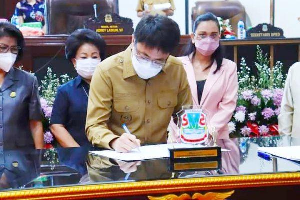 Walikota Andrei Angouw saat menandatangani berita acara persetujuan bersama dengan DPRD Manado