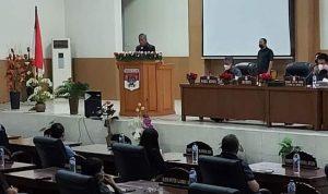 Bupati Franky Donny Wongkar SH saat menyampaikan sambutan di rapat paripurna DPRD Minsel