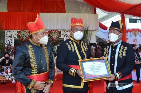 Gubernur Olly Dondokambey dan Wagub Steven Kandouw saat memberikan piagam penghargaan kepada Bupati Minsel Frangky D Wongkar dan Wabup Pdt Petra Y Rembang