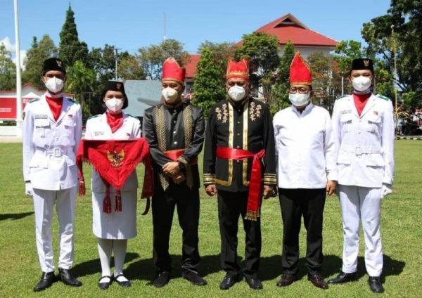Gubernur Olly dan Wagub Kandouw saat foto bersama para Paskibraka Penggerek Bendera Merah Putih disela-sela Upacara Bendera memperingati HUT Provinsi Sulut ke 57.(foto.ist)