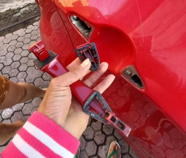 Handle assy RR RH mobil Picanto All New Meiky Kodoati yang dirusak. (foto:istimewa)