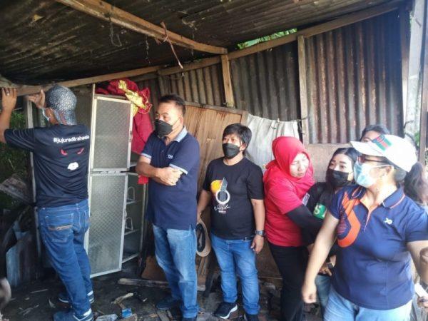 Kepala Dinas Sosial Manado, Sammy Kaawoan turun langsung dalam kegiatan beda rumah dari Pemkot Manado