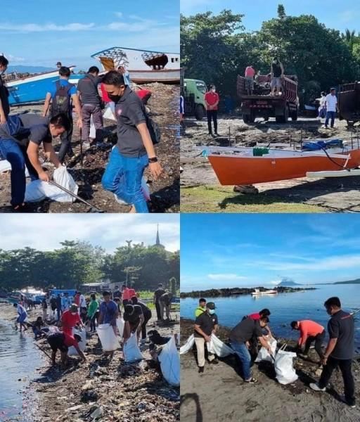 Pelaksanaan bersih-bersih pantai Karangria oleh Aliansi Pers Manado