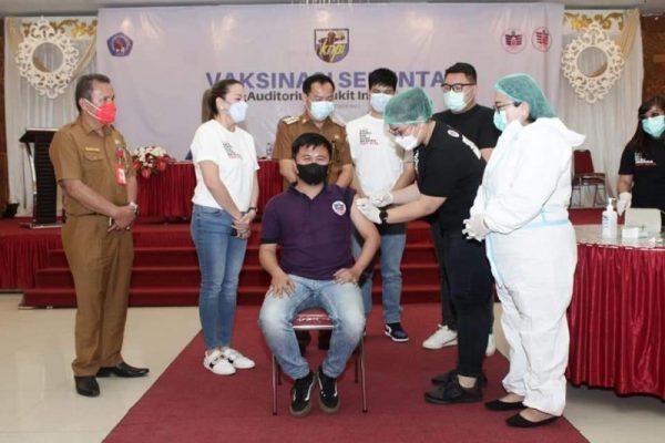 Kegiatan dibuka lewat penyuntikan oleh Ketua KPPSG Pnt. dr Pricillia Tangel, yang juga merupakan nakes kepada peserta penerima vaksin. (Foto.ist)