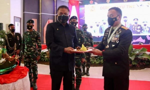 Gubernur Olly saat menghadiri peringatan Puncak HUT TNI ke 76 yang dipimpin Presiden Jokowi dari Istana Negara, Jakarta secara virtual. (Foto.ist)