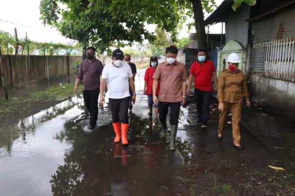 Walikota Andrei saat memantau drainase dan parit di area Tuminting
