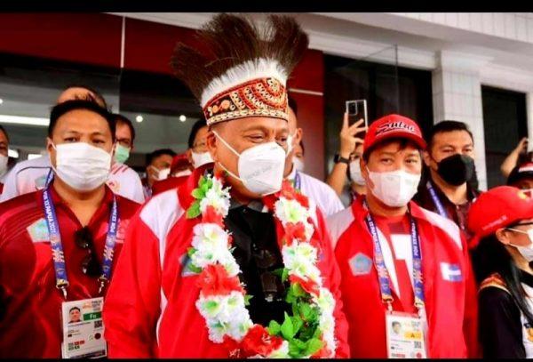 Gubernur Olly bersama Wagub Kandouw saat menghadiri pembukaan PON XX di Papua pekan lalu. (Foto.ist)