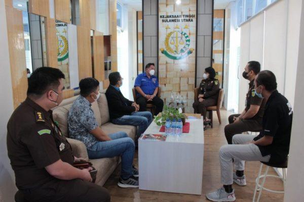 Kajati Sulut Dita Prawitaningsih, SH.,MH saat berbincang dengan Pengurus Inti PWI Sulut.