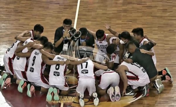 Manajer Tim Basket Putra Sulut Clay June Dondokambey langsung merayakan kemenangan dengan doa bersama para tim. (Foto.ist)