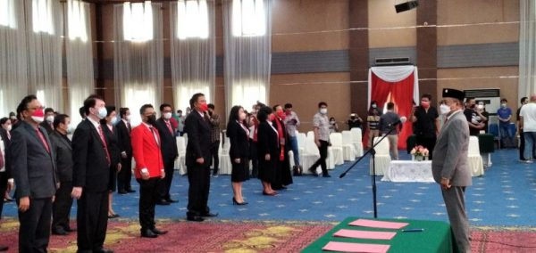 Wawali Richard Sualang saat melantik 45 Staf khusus di lingkup Pemkot Manado