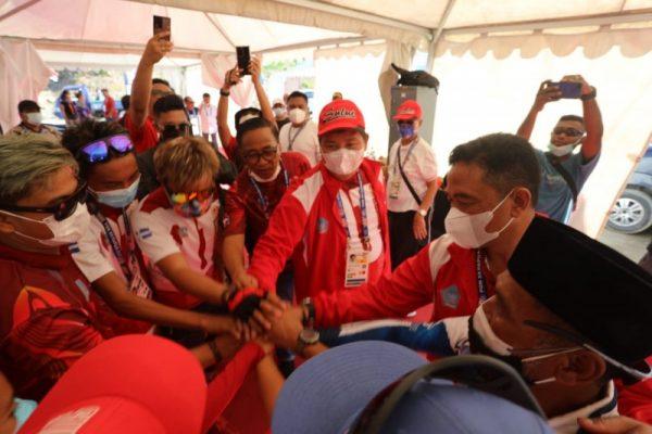 Ketum KONI Sulut yang juga Wagub Sulut Steven Kandouw saat memberi semangat kepada para atlet Sulut. (Foto.ist)