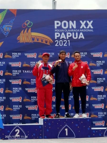 Atlet selam Micky Wowor (kiri) saat menerima medali dalam ajang PON XX Papua. (Foto.ist)