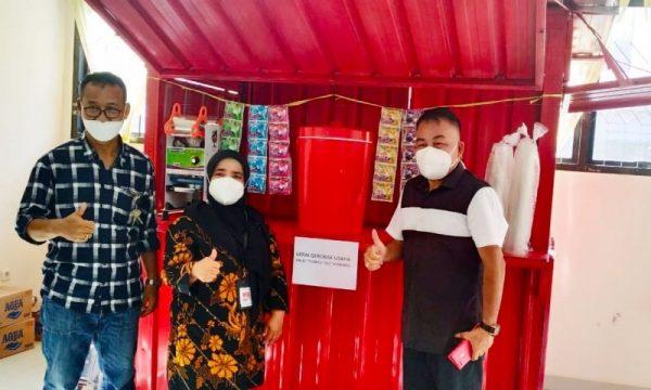 Kepala BRSPDSN Tumou Tou didampingi Kadinsos dan Kabid Resos saat foto bersama di salah satu bentuk bantuan Gerai bagi para Disabilitas Netra yang ada di Kota Manado