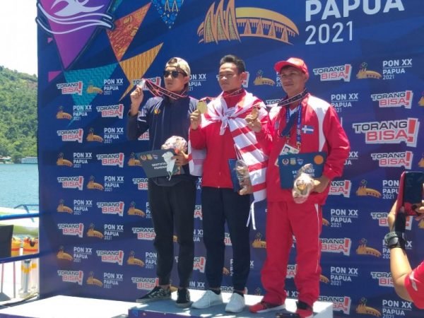 Miki Wowor saat menerima medali perunggu Selasa (12/10/21) pagi. (Foto.ist)