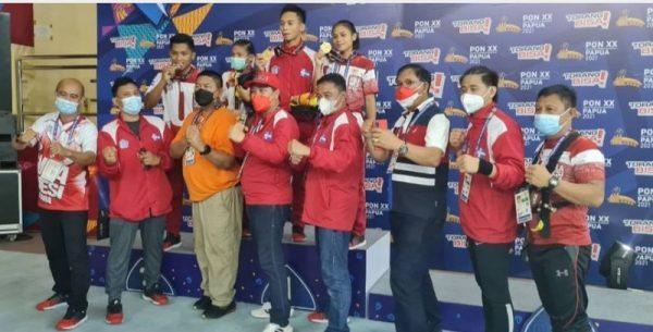 Wagub Sulut saat foto bersama usai memberikan medali emas kepada atlet Muaythai Prays Karundeng dan Angle Runtukahu. (Foto.ist)
