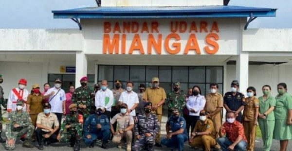 Foto bersama dalam kunjungan di Miangas. (Foto.ist)