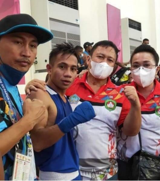 Juan Abas (kedua dari kiri) usai mengalahkan atlet tinju Papua Barat. (Foto.ist)